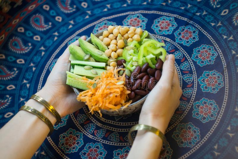 Vegetarianbuddha bunke Rå grönsaker och bönor i en en bunke arkivbild