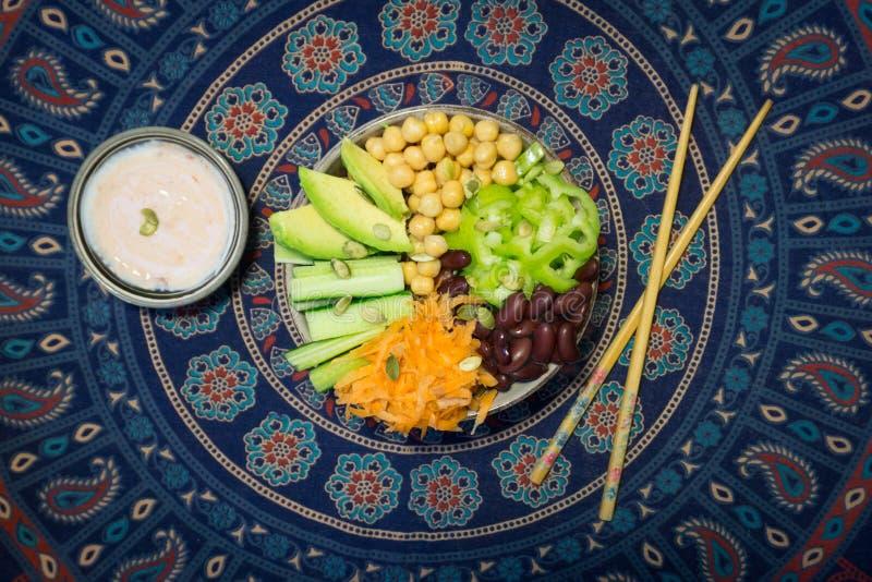 Vegetarianbuddha bunke Rå grönsaker och bönor i en en bunke royaltyfria bilder