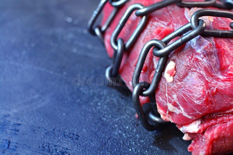 vegetarianism Concetto dell'alimento del vegano senza carne Pezzo di carne arrotolato con la catena Nessun'idea dei prodotti anim fotografie stock libere da diritti