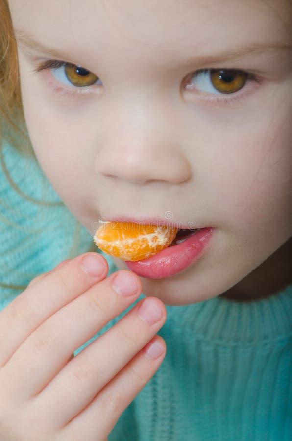 Vegetariano della neonata con la fetta del mandarino fotografia stock libera da diritti
