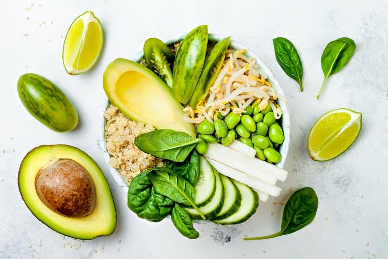 Vegetariano, receita verde da bacia da Buda da desintoxicação com quinoa, pepino, brócolis, aspargo e ervilhas doces imagens de stock