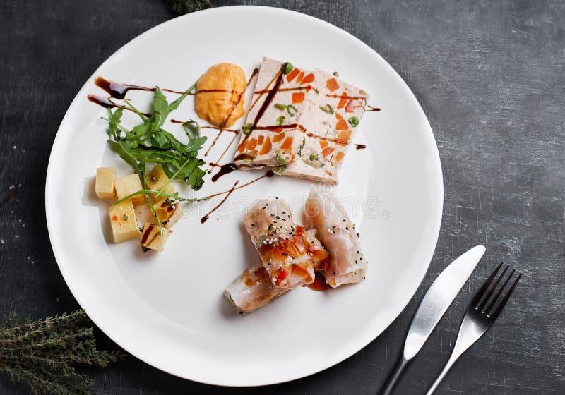 Vegetariano Rolls con i funghi ed i gamberetti di shiitake decorati con gli spinaci del bambino fotografie stock libere da diritti