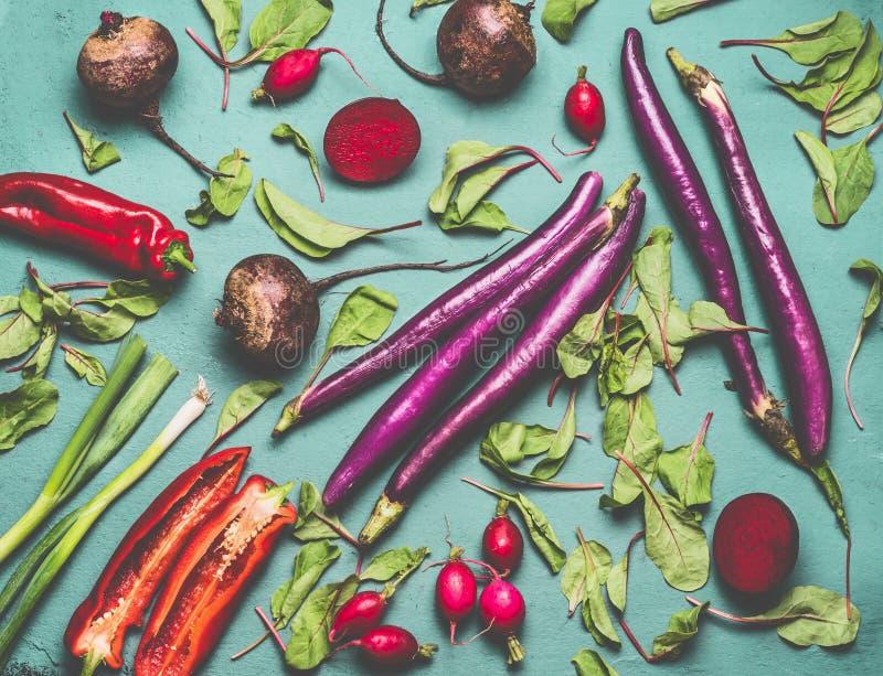 Vegetariano saudável e vegetariano que cozinham e que comem com os vegetais orgânicos sazonais da colheita Limpe o conceito do al imagens de stock
