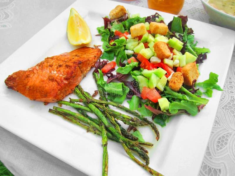 Vegetarianos saudáveis dos peixes do almoço do comensal da refeição foto de stock