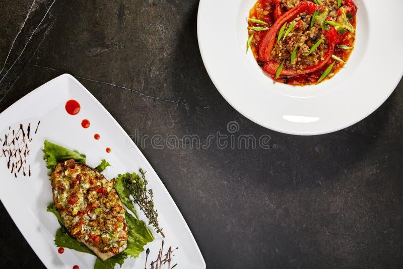 Vegetarianuppsättning av bakad peppar och välfylld aubergine royaltyfri bild