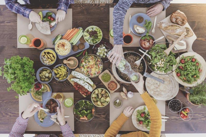 Vegetarier, die biologisches Lebensmittel essen stockfoto