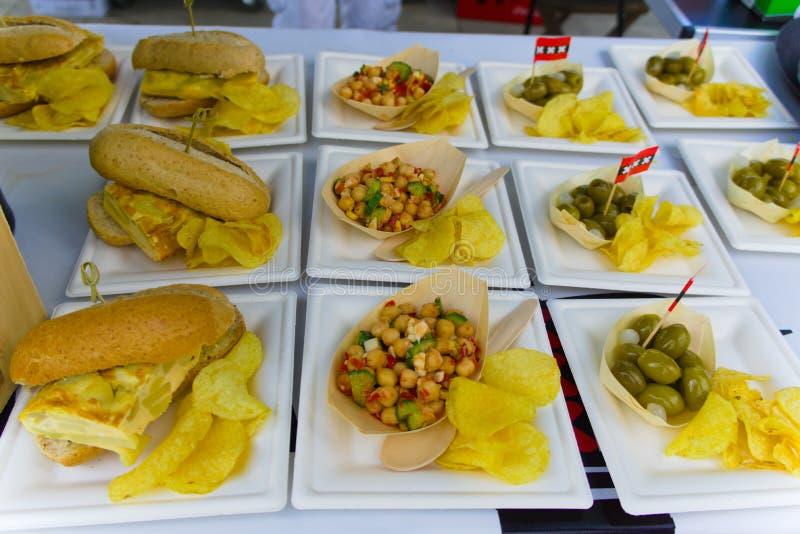 Vegetarier- und Vegetarierteller verkauft auf der Straßenmesse lizenzfreie stockfotografie