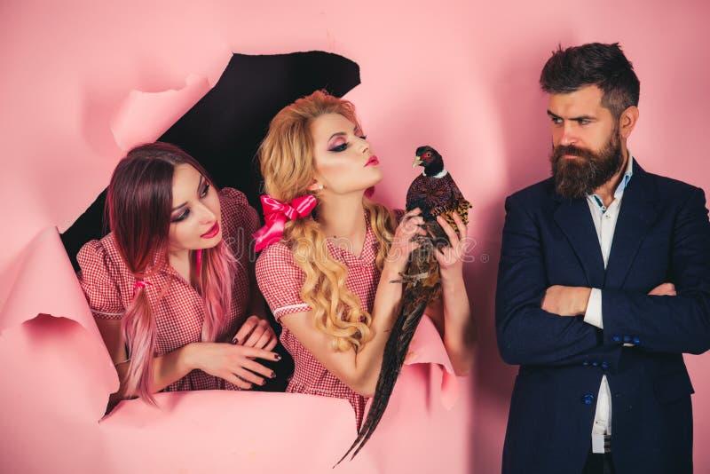 vegetarier Verrückte Paare auf Rosa Halloween Kreative Idee Vogelgrippe Lustige Werbung Weinleseleute mit Geflügel lizenzfreie stockfotos
