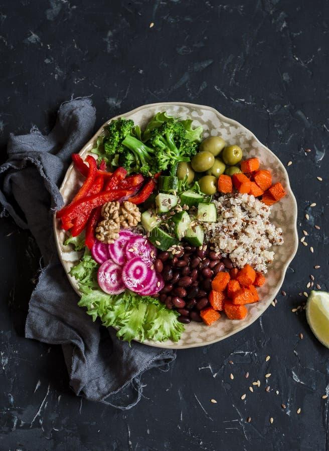 Vegetarierbuddha-Schüssel Rohes Gemüse und Quinoa in einer einer Schüssel Vegetarier, gesund, Detoxlebensmittel lizenzfreie stockbilder