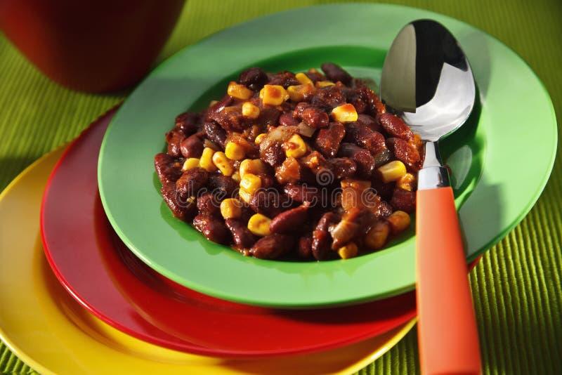 Vegetarisch chili con carne op kleurrijke platen stock fotografie