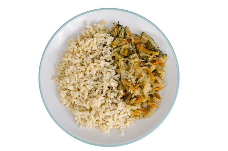 Vegetarisch gezond voedsel Gesmoorde kool met wortelen, ongepelde rijst royalty-vrije stock fotografie