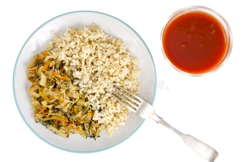 Vegetarisch gezond voedsel Gesmoorde kool met wortelen, ongepelde rijst stock foto's