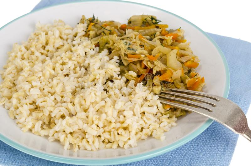 Vegetarisch gezond voedsel Gesmoorde kool met wortelen, ongepelde rijst royalty-vrije stock foto's