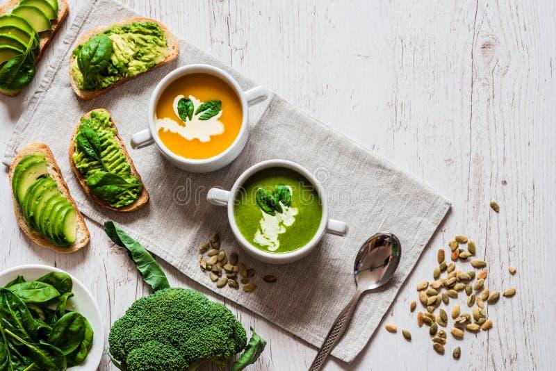 Vegetarisch gezond voedsel Soep en veganistsandwiches Verschillende sandwiches met avocado Brunch op witte houten achtergrond stock fotografie