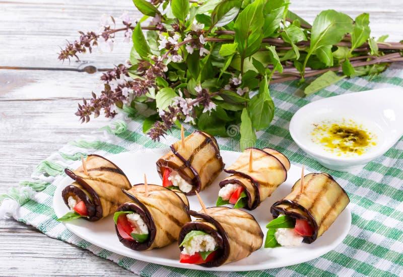Vegetarische Auberginebroodjes met feta-kaas, tomaten, basilicum en royalty-vrije stock afbeelding