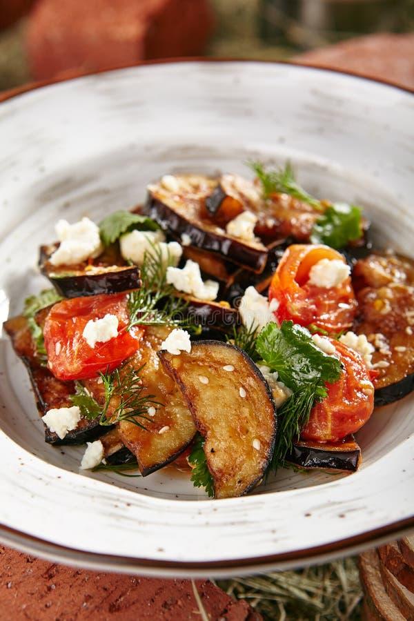Vegetarische Auberginesalade met Gebakken Aubergine, Cherry Tomatoes royalty-vrije stock foto's