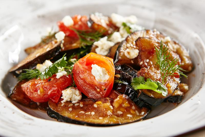 Vegetarische Auberginesalade met Gebakken Aubergine, Cherry Tomatoes stock afbeeldingen