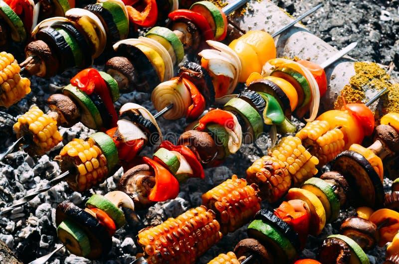 Vegetarische barbecue in het hout met paddestoelen, peper, graan, aubergine, courgette, ui stock afbeeldingen