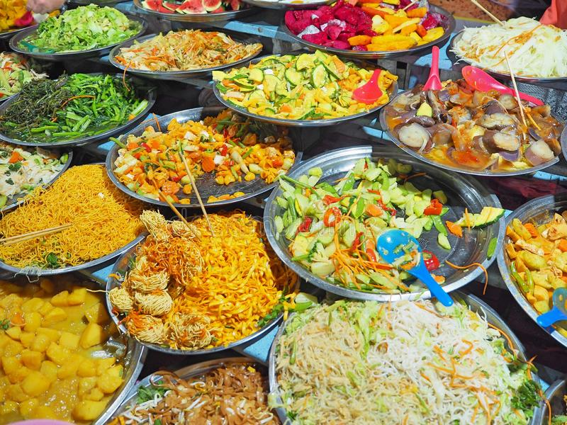 Vegetarische Buffetstraßennahrung auf dem Hauptmarkt in Luang Prabang, Laos stockfoto