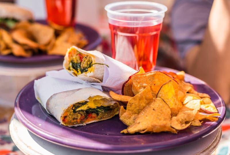Vegetarische Burritoverpackung des strengen Vegetariers und Himbeerlimonade an einem Straßennahrungsmittelmarkt stockfotos