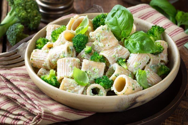 Vegetarische deegwaren met broccoli en ricottakaas royalty-vrije stock foto