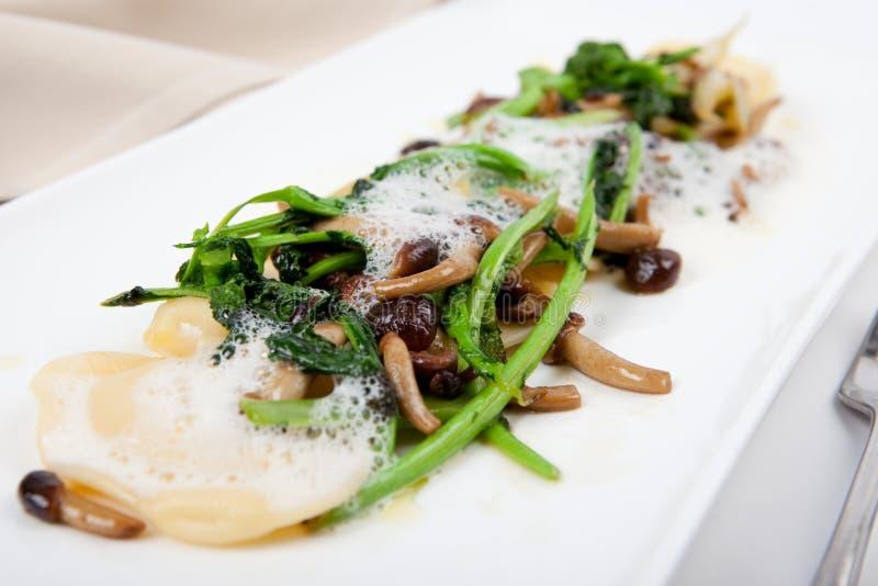 Vegetarische deegwarenravioli met parmezaanse kaas en broccoli royalty-vrije stock afbeelding