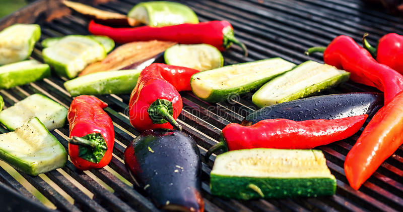 Vegetarische die barbecue met courgette, Spaanse peper, aubergine, over houtskool wordt geroosterd Groenten op de grill over lage royalty-vrije stock foto's