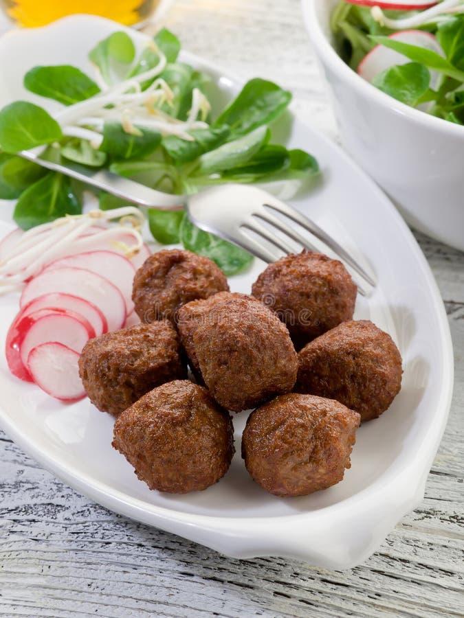 Vegetarische Fleischklöschen mit Scheibe lizenzfreie stockbilder
