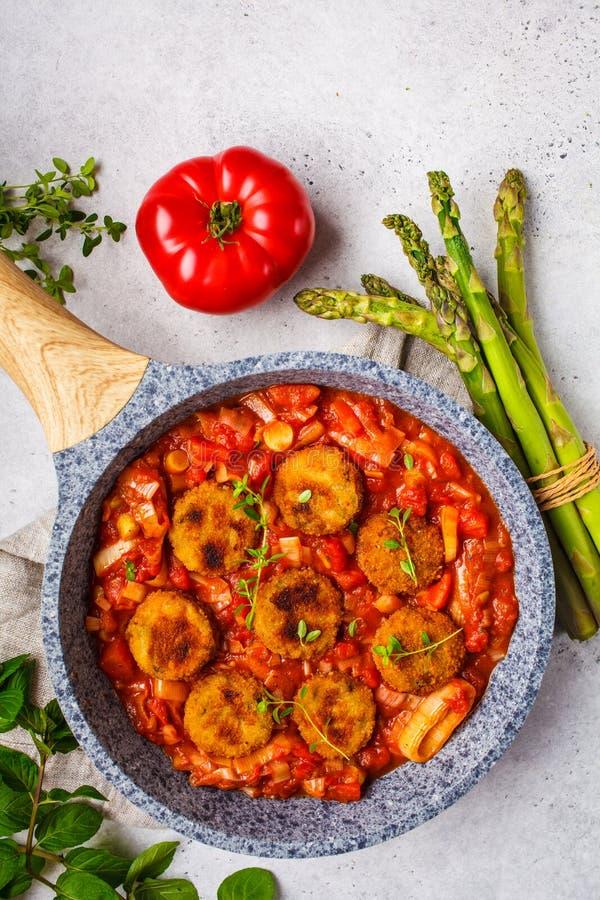 Vegetarische Gem?sefleischkl?schen mit Tomatensauce in der Bratpfanne stockfoto