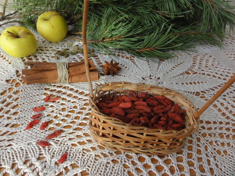 Vegetarische gesunde Lebensmittel goji Beeren, Sternanis, Zimt, Äpfel lizenzfreie stockbilder