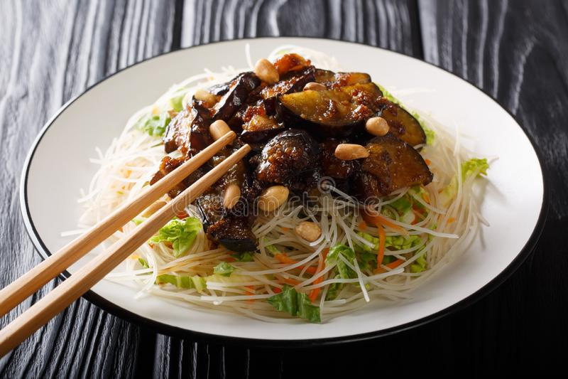 Vegetarische gezonde rijstvermicelli met groenten en gekarameliseerd auberginesclose-up op een plaat horizontaal stock afbeeldingen