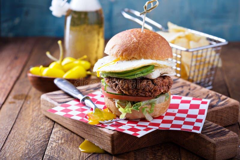 Vegetarische hamburger met ei en avocado stock afbeelding