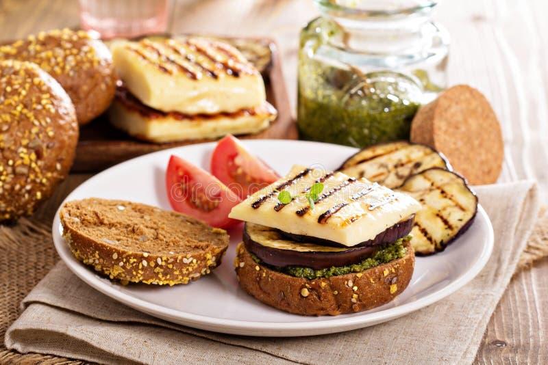 Vegetarische hamburger met kaas, aubergine en pesto stock foto's