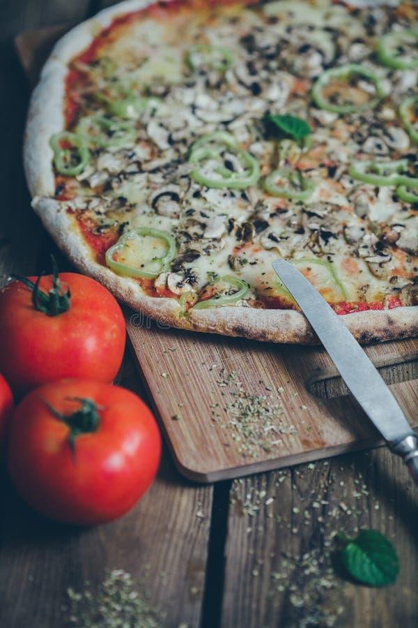 Vegetarische italienische Pizza wodden an Tabelle stockfoto
