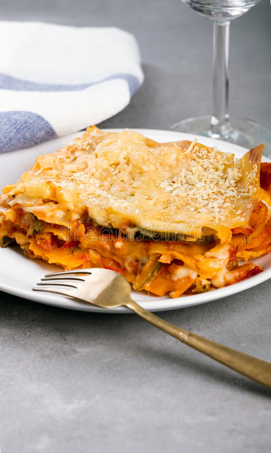 vegetarische lasagne auf der platte stockfoto bild von aperitif gabel 87252840. Black Bedroom Furniture Sets. Home Design Ideas