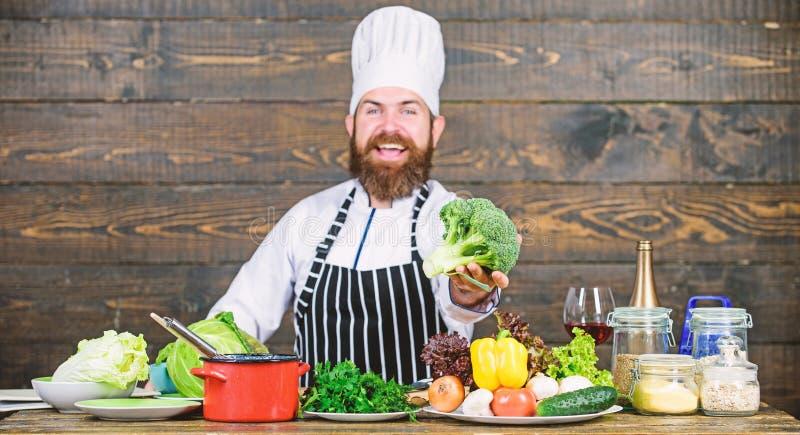 Vegetarische maaltijd Mens die verse groenten koken Culinair receptenconcept De verse organische groenten van het chef-kokgebruik stock foto's