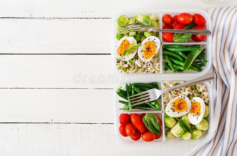 Vegetarische maaltijd prep containers met eieren, spruitjes, slabonen royalty-vrije stock afbeeldingen
