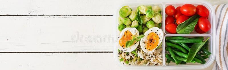 Vegetarische maaltijd prep containers met eieren, spruitjes, slabonen stock afbeelding