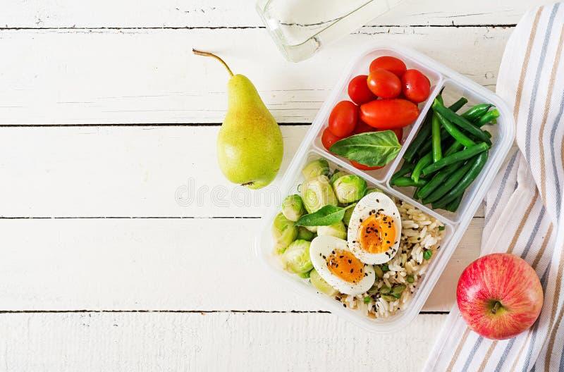 Vegetarische maaltijd prep containers met eieren, spruitjes, slabonen stock afbeeldingen