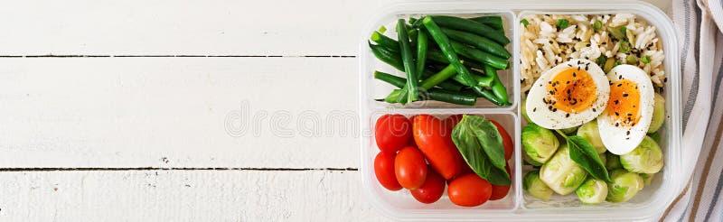 Vegetarische maaltijd prep containers met eieren, spruitjes, slabonen en tomaat stock foto