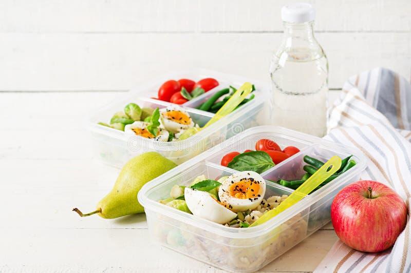 Vegetarische maaltijd prep containers met eieren, spruitjes, slabonen en tomaat stock fotografie
