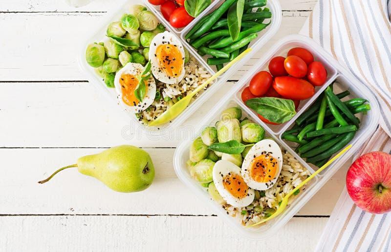 Vegetarische maaltijd prep containers met eieren, spruitjes, slabonen en tomaat royalty-vrije stock afbeelding