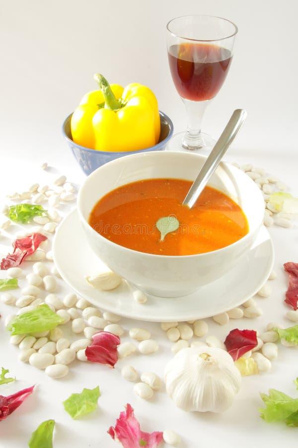 Vegetarische Mahlzeit - Tomatesuppe, Pfeffer, Glas Wein lizenzfreie stockbilder