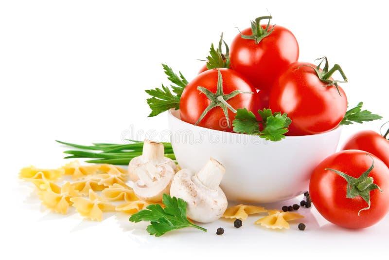 Vegetarische Nahrung mit Tomate und Champignons stockfotos