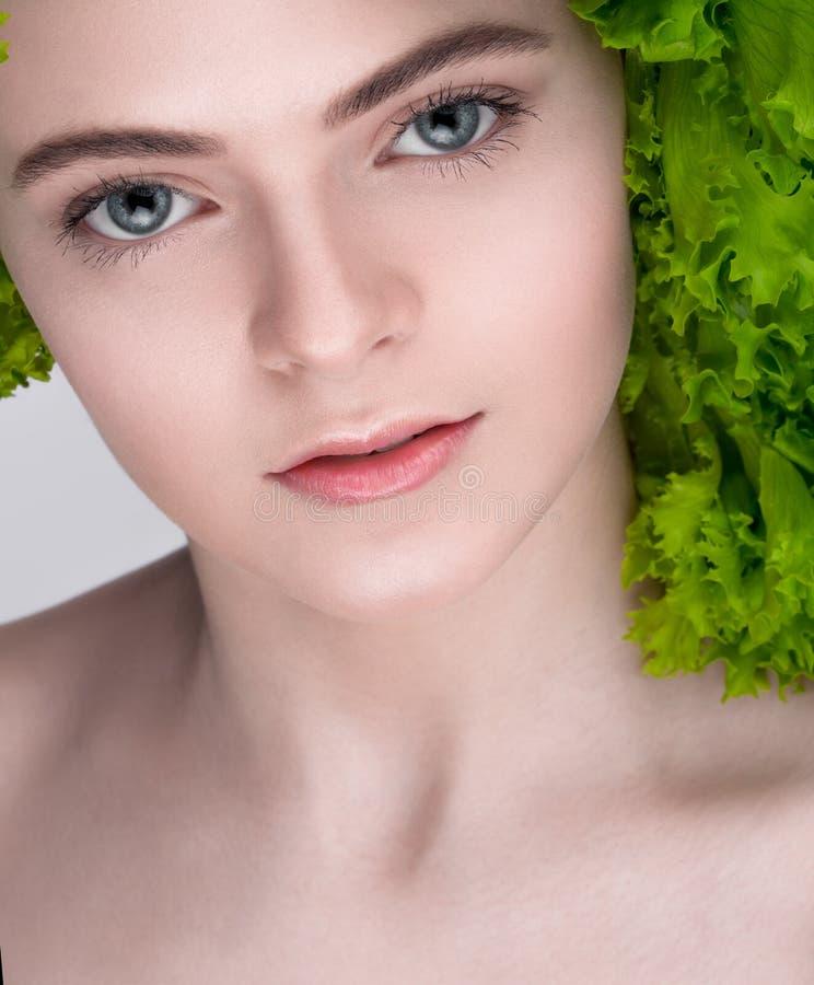 Vegetarische Nahrung Nährendes Konzept Gewichtverlust Frauentorso mit dem Maß, getrennt auf Weiß stockfotografie