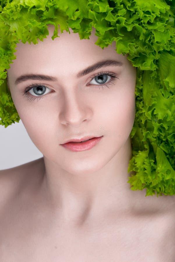 Vegetarische Nahrung Nährendes Konzept Gewichtverlust Frauentorso mit dem Maß, getrennt auf Weiß stockfoto