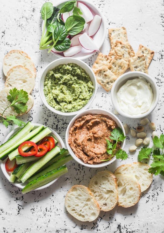 Vegetarische onderdompelingslijst De aubergine, harissa, okkernoten dompelt, broccolionderdompeling, zachte tofu en verse groente royalty-vrije stock afbeelding