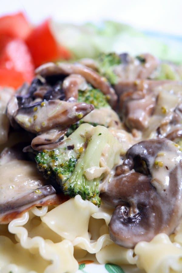 Vegetarische paddestoel en broccolideegwarenmacro royalty-vrije stock afbeeldingen