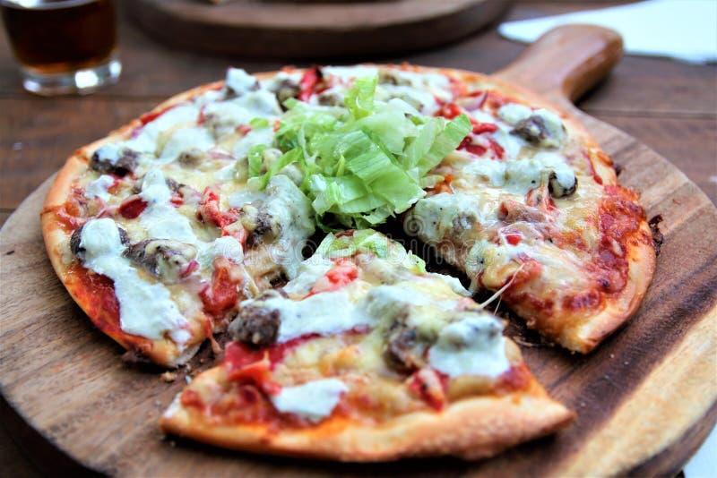 Vegetarische pizza op een houten raad royalty-vrije stock fotografie