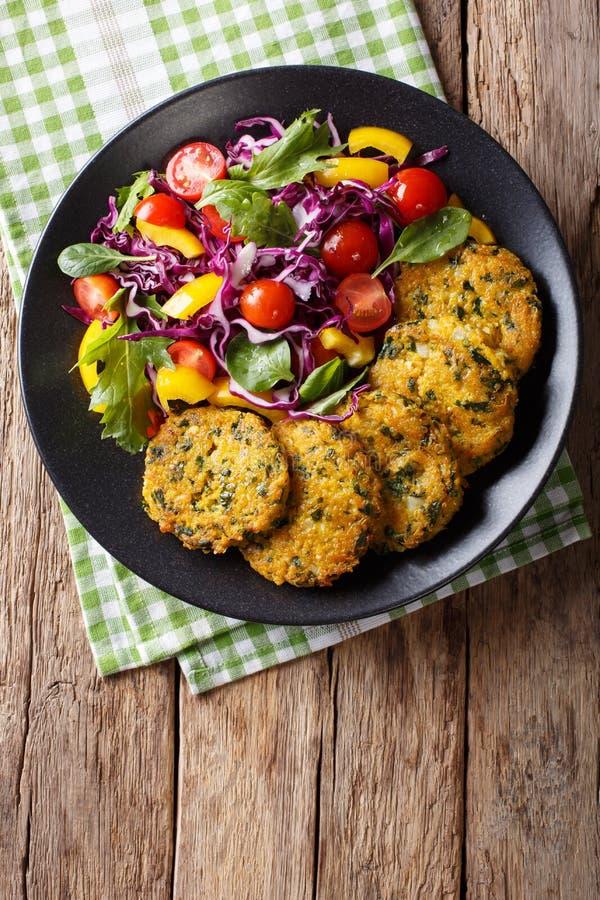 Vegetarische quinoa burgers met spinazie, wortelen en verse salade royalty-vrije stock foto's